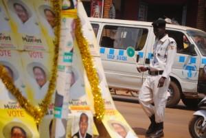 Wahlplakate und Polizist